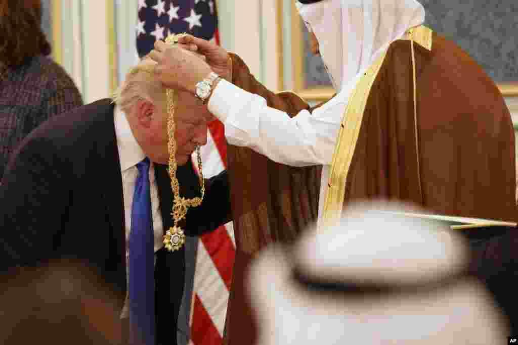 Le roi de l'Arabie Saoudite, Salman bin Abdulaziz Al Saud, à droite, décore le président américain Donald Trump avec la médaille Abdulaziz Al Saud à la Cour royale de Riyad, Arabie saoudite, 20 mai 2017.