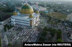 Foto udara menunjukkan umat Islam Indonesia melaksanakan salat Idul Adha di sebuah masjid di tengah lonjakan kasus COVID-19 di Palangkaraya, Kalimantan Tengah, 20 Juli 2021. (Foto: Antara/Makna Zaezar via Reuters)