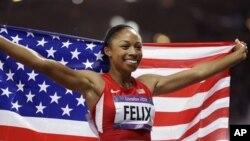 Pelari AS, Allyson Felix meluapkan kegembiraannya seusai meraih medali emas di nomor final lari 200 meter putri Olimpiade London 2012 (AP Photo/Ben Curtis)