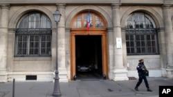 Un policier monte la garde à l'entrée du siège du palais de la justice à Paris, en France, 27 avril 2016.