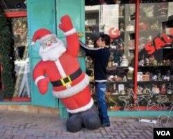 Penjaga toko warga Palestina ikut menikmati rejeki dari ramainya wisatawan tahun ini ke kota Bethlehem.