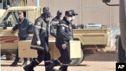 Алжирские пожарные транспортируют контейнер с останками погибших в Алжире граждан США. 21 января 2013 года