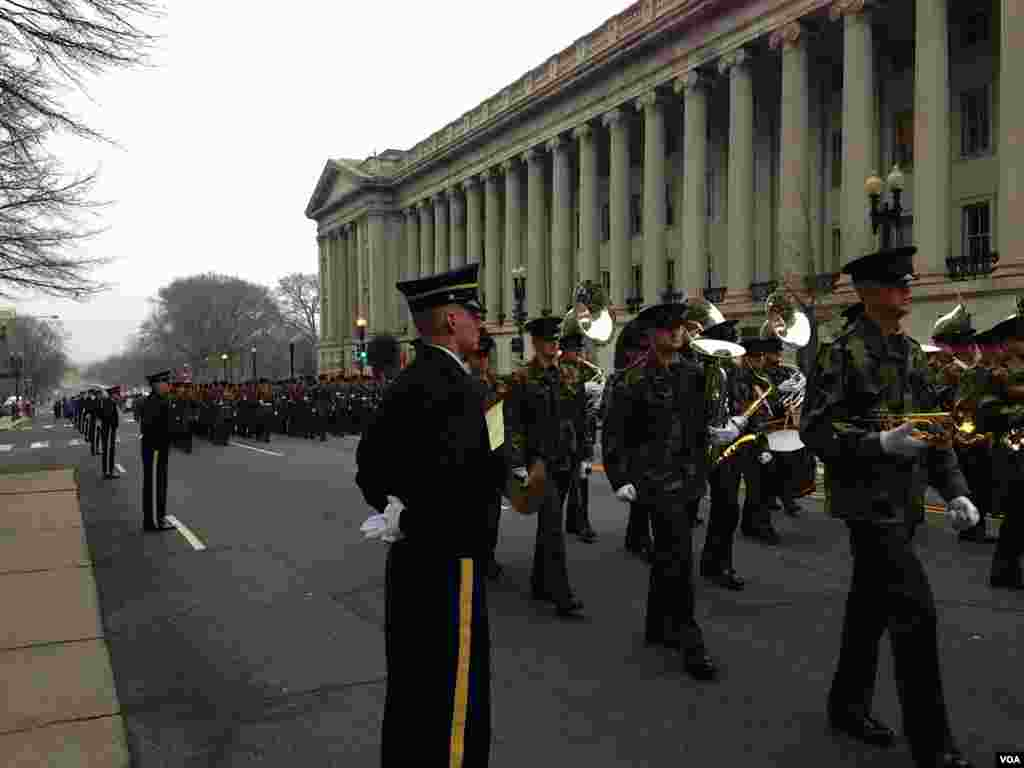 参与就职游行彩排的士兵方阵 。