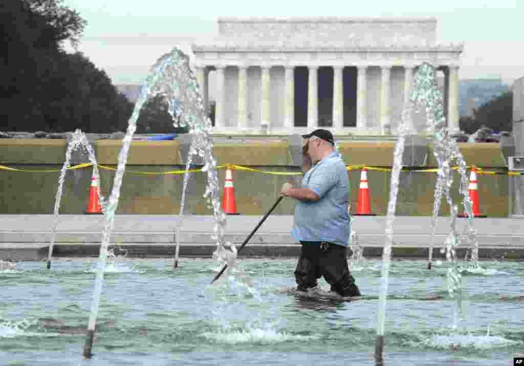 Hồ nước trước đài tưởng niệm Thế chiến Hai ở thủ đô Washington được dọn dẹp.