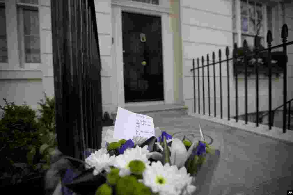 Một bó hoa đặt bên ngoài nhà của cố Thủ tướng Anh Margaret Thatcher tại London.
