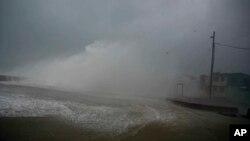 Ombak dan angin dari badai Mathew menghempas tepi pantai Baracoa, Kuba, 4 Oktober 2016. (AP Photo/Ramon Espinosa). Badai Matthew, menelan korban jiwa dan mengakibatkan kerusakan hebat saat melintasi Haiti dan Kuba, bergerak ke Bahama Rabu pagi (5/10).