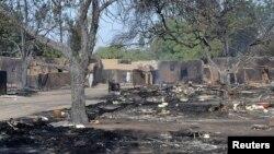 Une rue du village Ngouboua dévasté après une explosion attribuée aux combattants de Boko Haram, le 13 février 2015.