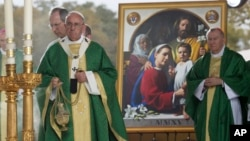 El papa Francisco celebra la última misa de su visita a EE.UU. Luego partirá rumbo a Roma.