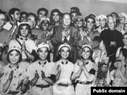 1964年10月8日,毛泽东、刘少奇等中国领导人观看《红色娘子军》,并与演员合影。后来的文革中,有大字报批判主要演员白淑湘说,毛主席和刘少奇接见演员时,别人喊毛主席万岁,而白淑湘喊刘主席万岁