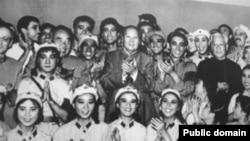 历史照片:毛泽东、刘少奇等中国领导人观看《红色娘子军》,并与演员合影。(1964年10月8日)