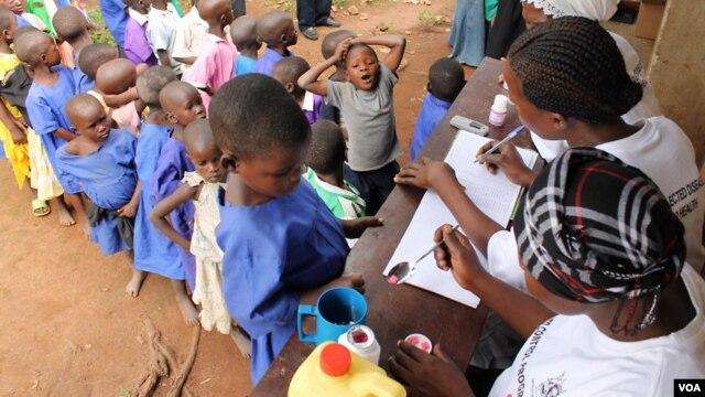 Primary school children line up for trachoma medicine in Buniantole, eastern Uganda, September 12, 2012. (Hilary Heuler/VOA)
