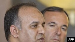 Ngoại trưởng Ý Franco Frattini, phải, và Phó Chủ tịch Hội đồng Chuyển tiếp Quốc gia Libya Ali al-Issawi trong 1 cuộc họp báo ở Rome, 22/7/2011