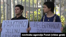 Protest aktivista ispred zgrade Ambasade Rusije