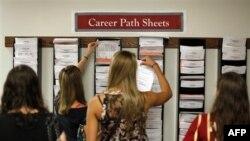 Diplomci Univerziteta Templ, u Filadelfiji, razgledaju liste sa poslovima koji se nude