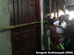 Rumah SA yang menjadi tontonan warga di Kecamatan Medan Belawan, Kamis (14/11). (Foto: VOA/Anugrah Andriansyah)
