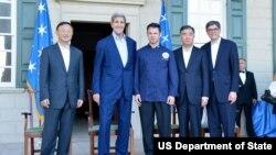 美国国务卿克里和财长雅各布·卢与中国国务委员杨洁篪(左一),副总理汪洋(右二)在弗农山庄与厨师阿姆斯特朗(中)合影(2015年6月22日)