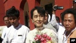 4월에 실시될 버마 보궐선거의 국회의원 후보로 등록하고 나오는 아웅산 수 치 여사
