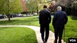 El presidente Barack Obama camina con Ted Kennedy el 28 abril de este año. Kennedy murió luego de una larga batalla contra un cáncer cerebral.