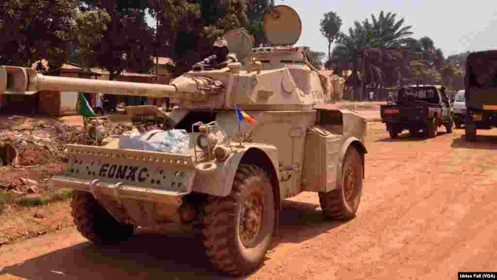 Vehicle de combat dans Bangui.