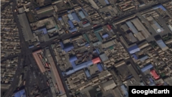 신의주 일대를 찍은 위성사진. 물류 창고로 보이는 곳에 컨테이너 트럭과 사람들이 보이고, 도로에도 트럭들의 움직임이 활발하다. 구글어스.
