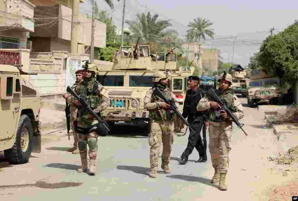 Iraqi Army soldiers patrol in Baghdad's Adhamiya district, Iraq, April 18, 2013.