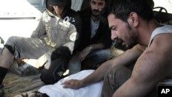 Suriyaliklar Himsda o'ldirilganlarni dafn etmoqda, 14-iyul, 2012-yil.