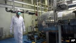 一名伊朗技术人员走过德黑兰郊外的核工厂设施。
