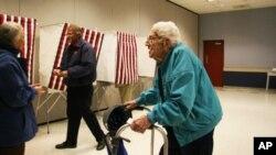 95岁的宾州选民哈罗德也赶来投票