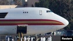 Самолет, на котором прилетели американские дипломаты и граждане США из Уханя (Калифорния)