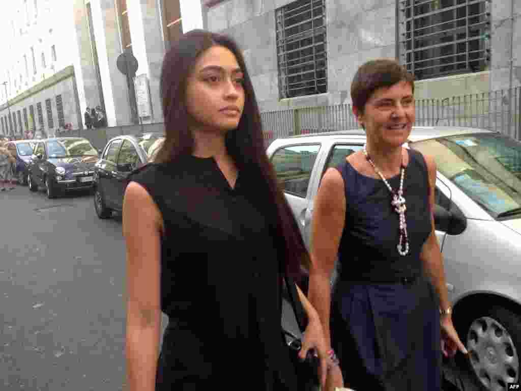 意大利选美皇后Ambra Battilana于2013年7月走在米兰的街道上。她指责电影大亨哈维·电影大亨哈维·温斯坦在2015年曾经上下其手地摸他(俗称咸猪手),但检察官决定不起诉温斯坦。然后温斯坦给她100万美元让她闭嘴。