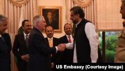 امریکی وزیر خارجہ ریکس ٹلرسن پاکستان کے وزیر اعظم شاہد خاقان عباسی سے ہاتھ ملا رہے ہیں۔ فائل فوٹو