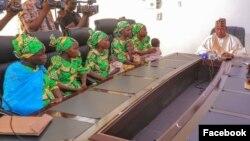 Matan da suka kubuta daga hannun Boko Haram a lokacin da ake gabatar da su ga gwamna Zulum (Facebook/Gwamnatin Borno)