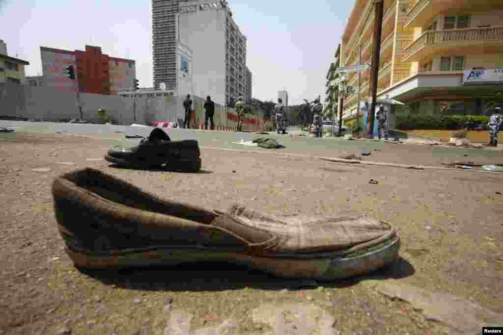 Черевики розкидані вулицею, де сталась давка.