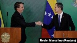 Jair Bolsonaro (esq) e Juan Guaidó (dir) cumprimentam-se em Brasília