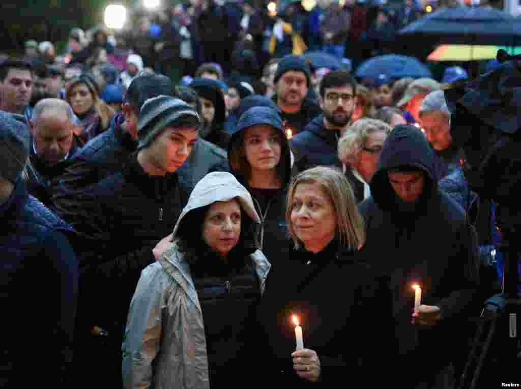 هزاران نفر از مردم در همراهی با قربانیان حمله به کنیسه یهودیان در پیتزبورگ تجمع کردند. رهبران اسرائیل، بریتانیا، آلمان، فرانسه و دبیر کل سازمان ملل این حمله را محکوم کردند.
