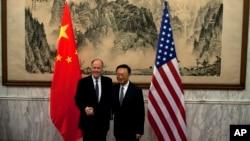 2013年5月27日,杨洁篪(右)在北京会见美国国家安全事务顾问汤姆·多尼伦(左)。(资料图片)