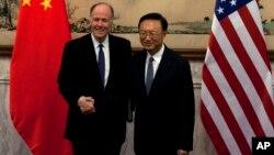 Penasehat Keamanan Nasional AS Tom Donilon (kiri) mengadakan pembicaraan dengan pejabat China Yang Jiechi di Beijing, Senin (27/5).