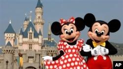 디즈니 만화 주인공 미키 마우스와 미니 마우스가 디즈니 랜드를 배경으로 서 있다. (자료사진)