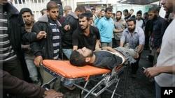 10月29号巴以边境发生冲突后,几名巴勒斯坦人把一名伤员送往医院