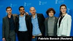 """İsrailli yönetmen Nadav Lapid (ortada) ve Altın Ayı ödüllü """"Synonymes"""" filminin oyuncuları"""