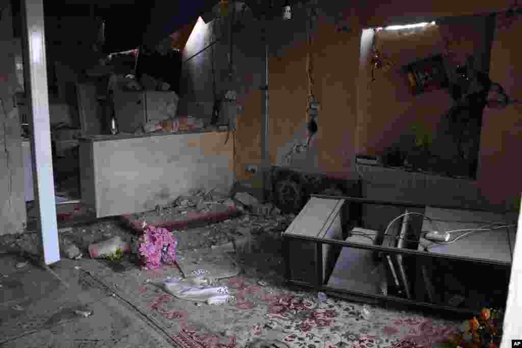 Развалины дома, разрушенного землетрясением в городе Варзакан на северо-западе Ирана. 11 августа 2012 года