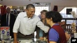 奥巴马总统周二在新墨西哥州的一个咖啡馆与民众交谈