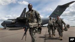 Miembros de la Guardia Nacional de Pennsylvania llegan al aeropuerto de Vilnius, en Lituania, para participar en los juegos de guerra de la OTAN.