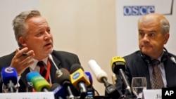 유럽안보협력기구(OSCE)가 파견한 선거감시단이 12일 벨라루스 민스크에서 기자회견을 하고 있다.