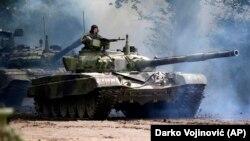 Arhiva - Oklopno vozilo Vojske Srbije tokom vojne vežbe u Nikincima, povodom obeležavanja 72. godišnjice od kapitualcije nacističke Nemačke u Drugom svetsku ratu.