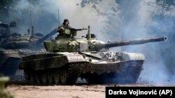 Oklopno vozilo Vojske Srbije tokom vojne vežbe u Nikincima, povodom obeležavanja 72. godišnjice od kapitualcije nacističke Nemačke u Drugom svetskom ratu
