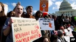 ARHIVA - Učenici na jednom od skupova ispred zgrade Kongresa u Vašingtonu, na kojem su tražili strožiju konrolu prodaje oružja (Foto: AP/Jose Luis Magana)