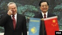 Presiden Kazakhstan Nursultan Nazarbayev (kiri) bersama Presiden Tiongok Hu Jintao di Beijing.