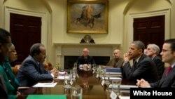 Tổng thống Obama đã ghé qua cuộc họp giữa Tổng thống Hassan Sheikh Mohamud của Somalia với Phó Cố vấn An ninh Quốc gia Hoa Kỳ Denis McDonough tại Tòa Bạch Ốc, 17/1/13
