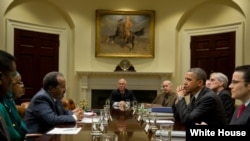 ປະທານາທິບໍດີບາຣັກ ໂອບາມາ ຢຸດແວ່ທີ່ກອງປະຊຸມ ລະຫວ່າງປະທານາທິບໍດີໂຊມາເລຍ ທ່ານ Hassan Sheikh Mohamud ແລະຮອງທີ່ປຶກສາດ້ານຄວາມໝັ້ນຄົງແຫ່ງຊາດ ທ່ານ Denis McDonough ທີ່ຫ້ອງ Roosevelt ໃນທຳນຽບຂາວ (17 ມັງກອນ 2013)